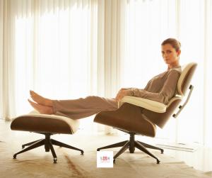 donna seduta su Poltrona Eames Lounge Chair o Ottomana